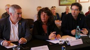 Imatge de la consellera d'Agricultura, Teresa Jordà, del delegat del Govern a l'Ebre, Xavier Pallarès, i l'alcalde de Flix, Francesc Barbero
