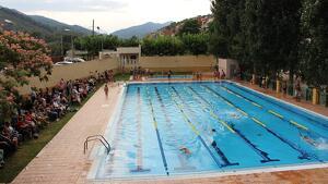 Imatge de la piscina municipal de Riudecols durant l'exhibició final després dels cursets de natació