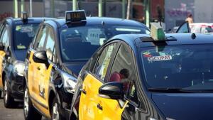 Imatge de taxis amb el cartell d'ocupat però aturats a l'estació de Sants amb motiu de la vaga