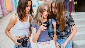 Imatge de tres noies participant al curs de fotografia de retrats de l'Estiu TarragonaJove.