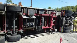 Imatge del camió bolcat avui divendres, 2 d'agost, a la C-12