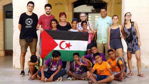 Imatge del grup de nens i nenes sahrauís davant de l'Ajuntament d'Altafulla amb el coalcalde, Jordi Molinera, els seus monitors i responsables de les entitats organitzadores