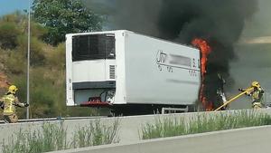 Incendi del remolc d'un camió a l'A-2, a Abrera.