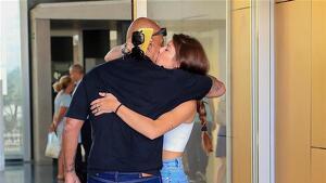 Kiko Matamoros y Anita abrazándose a las puerta del hospital