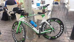 La bicicleta va ser robada de l'interior del cotxe del seu propietari.
