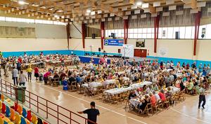 La fideuada va reunir més de 400 persones al Poliesportiu municipal.