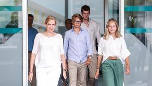 La Infanta Cristina y tres de sus hijos salen de la clínica tras visitar al rey emérito
