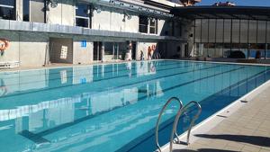 La piscina del Serrallo, que queda al descobert a l'estiu, és una de les piscines municipals on es podria permetre el 'topless'.