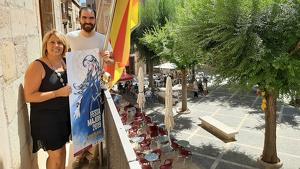 La regidora de Festes, Judit Pere, i l'autor del cartell Isaac Ballesté al balcó de l'Ajuntament.