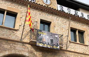 L'Ajuntament del municipi anuncia la imminència de les festes amb una pancarta al balcó