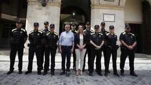 L'alcaldessa de Valls, Dolors Farré i el regidor de Seguretat Ciutadana i Protecció Civil, Enric Garcia, amb els nous agents.