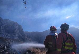 Las tareas de extinción siguen intensamente porque el incendio está estabilizado, no controlado