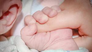 Les famílies monoparentals amb fill discapacitat o bessons tornen a tenir 2 setmanes més