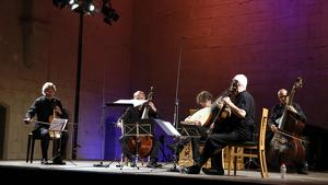 L'escenari del Monestir de Poblet durant la interpretació de 'Stabat Mater', amb el mestre Jordi Savall tocant la viola de gamba.