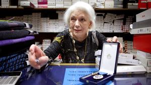 Loli muestra orgullosa su Medalla de Plata del Mérito en el Trabajo