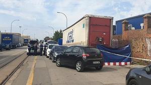 Los Mossos d'Esquadra trabajando en la zona donde ha aparecido el cuerpo