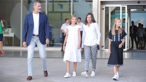 Los Reyes junto a sus hijas