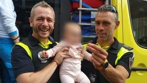 Los tres protagonistas del milagro, los dos agentes y la pequeña de 8 meses