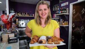 Monika Dziepak és la propietària de la cafeteria Daival, al barri de l'Eixample de Cambrils.