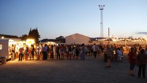 Multitud de persones al Festival de Cinema de la Terra Alta, amb 'foodtrucks', barra de bar i música en directe a la zona esportiva de Bot.