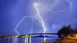 Nit de tempestes amb molts llamps i trons