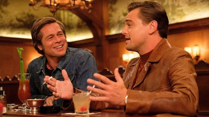 Pitt y DiCaprio, conversando al comienzo de la película