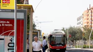 Pla general d'un bus llançadora del dispositiu de transport alternatiu pel tall de la línia 1 del metro a la parada de Clot