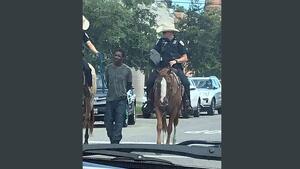 Polémica en EE.UU. por una imagen de dos policías a caballo llevando a un hombre negro atado con una cuerda