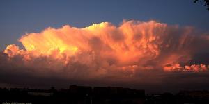 Preciosa imagen del yunque de la tormenta de Madrid con las luces del atardecer
