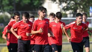 Primers exercicis d'escalfament del juvenil A de la Fundació Futbol Base Reus