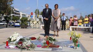 Quim Torra i la seva esposa, Carola Miró, durant el reconeixement a les víctimes dels atemptats de Cambrils.