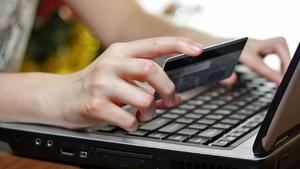Otra estafa muy habitual hoy en día es recibir correos electrónicos y mensajes con los que acaban robando información personal