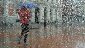 Seguirá el ambiente más fresco de lo normal con lluvias irregulares en la mitad norte este fin de semana