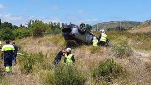 Tres personas han resultado heridas al quedar su vehículo volcado tras chocar con otro en la AP-15
