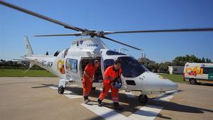 Un helicóptero ha trasladado al motorista herido en Huelva