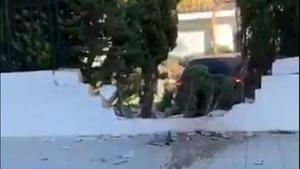 Un menor derriba la puerta del garaje con el coche de su padre y se empotra contra el muro de un colegio en Marbella