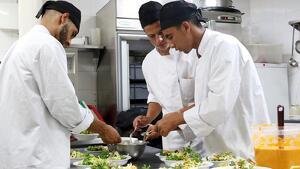 Un restaurant de Granollers ofereix cursos de cuina per a joves MENA amb el fi d'ajudar-los en la seva integració