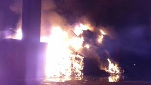 Una imatge de la planta de reciclatge de Constantí en ple incendi, aquest diumenge a la matinada.