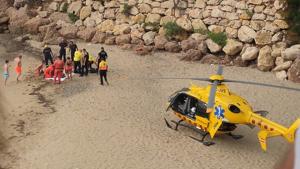 Una imatge de l'helicòpter del SEM durant l'actuació duta a terme aquest diumenge a la Cala dels Vienesos de Mont-roig.
