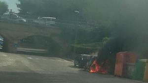 Una imatge del vehicle que es va incendiar aquest dimecres, 21 d'agost, a la tarda, a Cunit.