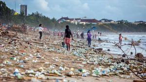 Una platja de Bali plena de brossa i contaminació