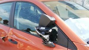 Una veïna de Roda de Berà denuncia a les xarxes socials aquests actes de destrossa al seu vehicle.