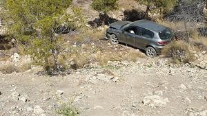 Vehículo accidentado en el barranco.