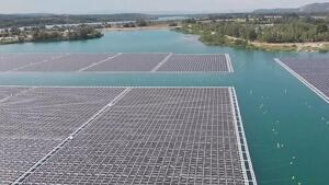 Vista de la planta solar flotant de Puegoulen, al sud-est francès