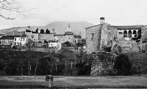 Vista general de l'església i el castell amb Sant Llorenç del Munt al fons als anys 20