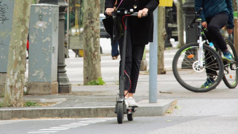 A partir de setembre, els conductors de patinets elèctrics hauran de sotmetre's a controls d'alcoholèmia, si s'escau