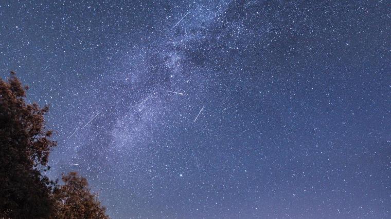 Imatge de la pluja d'estels dels Perseids juntament amb la dels Delta Aquàrides a Prades