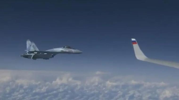 L'F18 volava a prop del avió on volava el ministre de Defensa rús