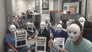 Activistes del Tsunami Democràtic a l'oficina del carrer de Buenos Aires de Barcelona