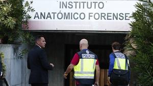Agentes de la Policía Nacional en la entrada del Instituto Anatómico Forense de Madrid